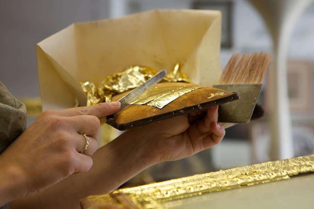 découpe de la feuille d'or